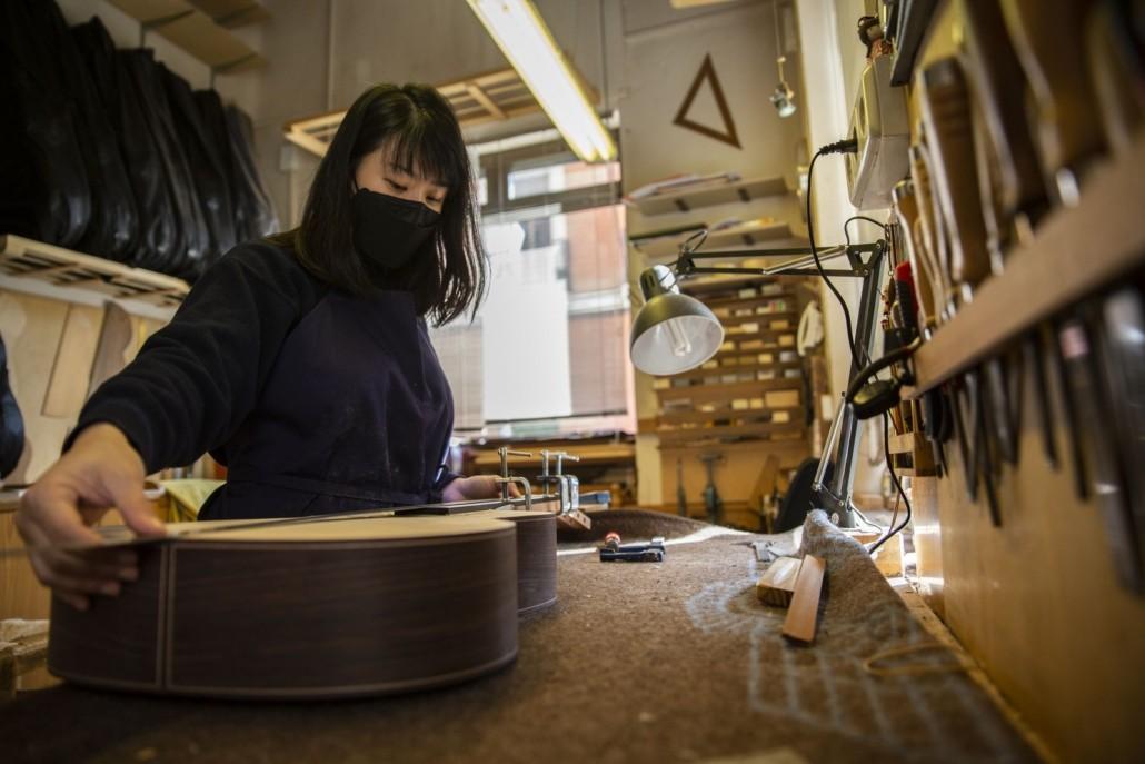 Una lutier coreana afianza el futuro de la guitarra española